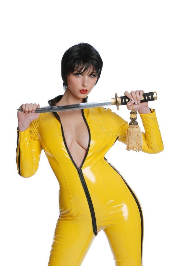 femme dans le procès jaune de latex photo libre de droits