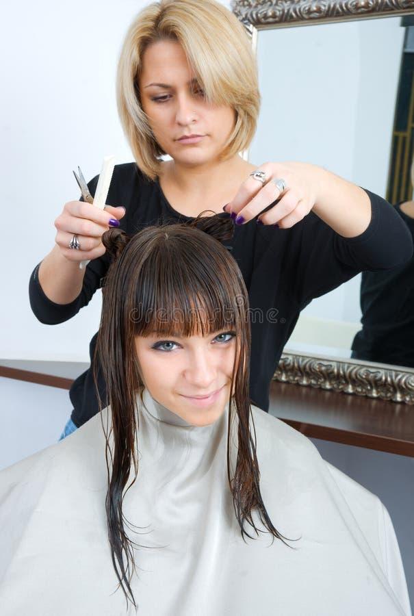 Femme dans le salon de cheveu image libre de droits
