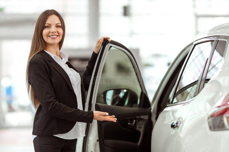 Femme dans le Salon de l'Automobile image libre de droits