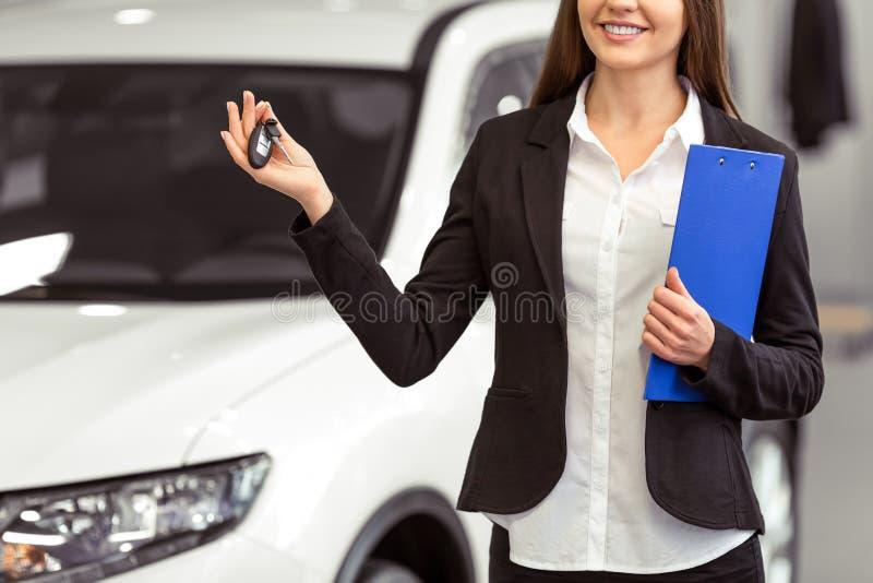 Femme dans le Salon de l'Automobile photo stock