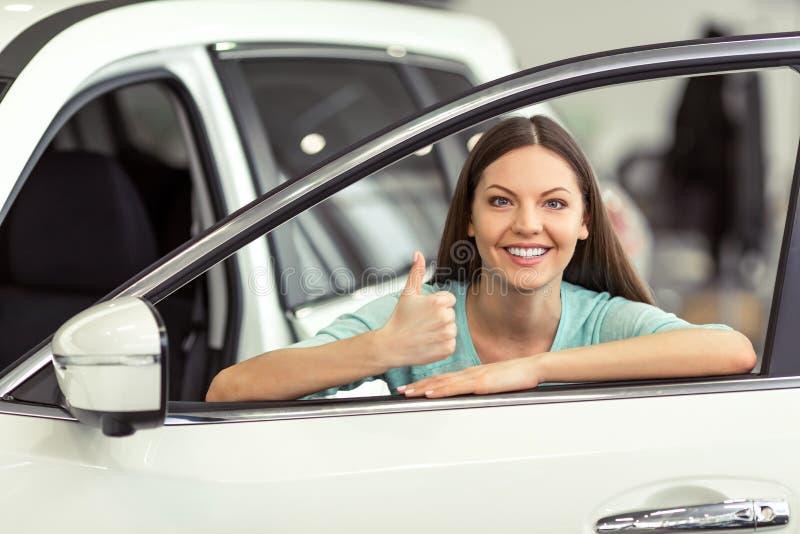 Femme dans le Salon de l'Automobile images libres de droits