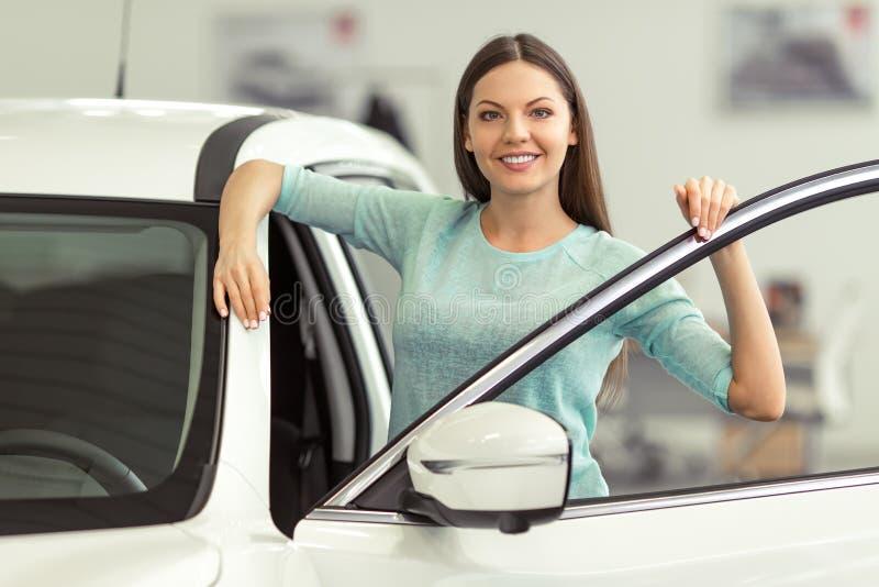 Femme dans le Salon de l'Automobile images stock