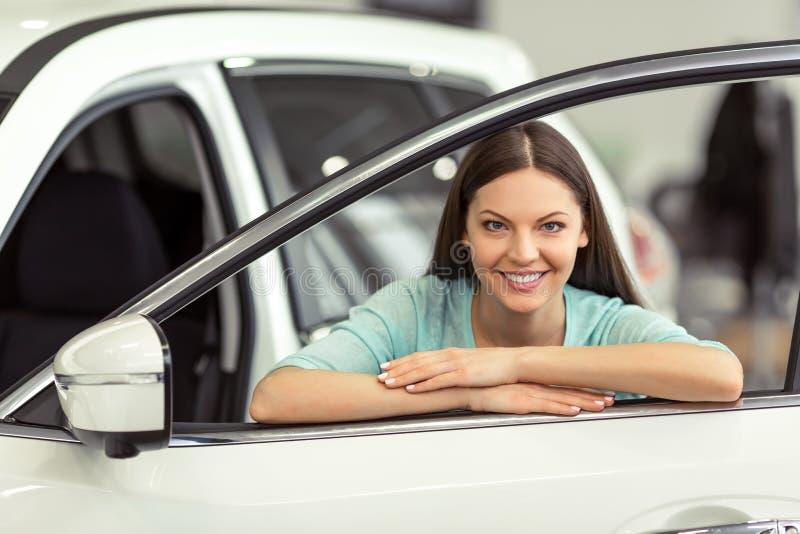 Femme dans le Salon de l'Automobile photos stock