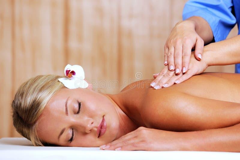 Femme dans le salon de station thermale sur le massage photographie stock libre de droits