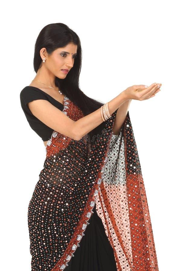 Femme dans le sari avec l'action de fixation photo libre de droits