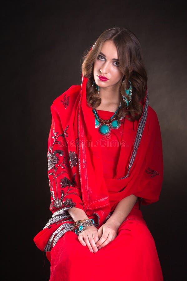 Femme dans le sari rouge image stock