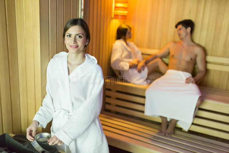 Femme dans le sauna images libres de droits
