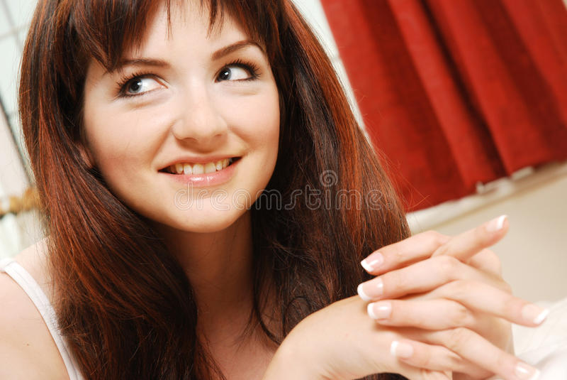 Femme dans le sourire à la maison de configuration photo libre de droits