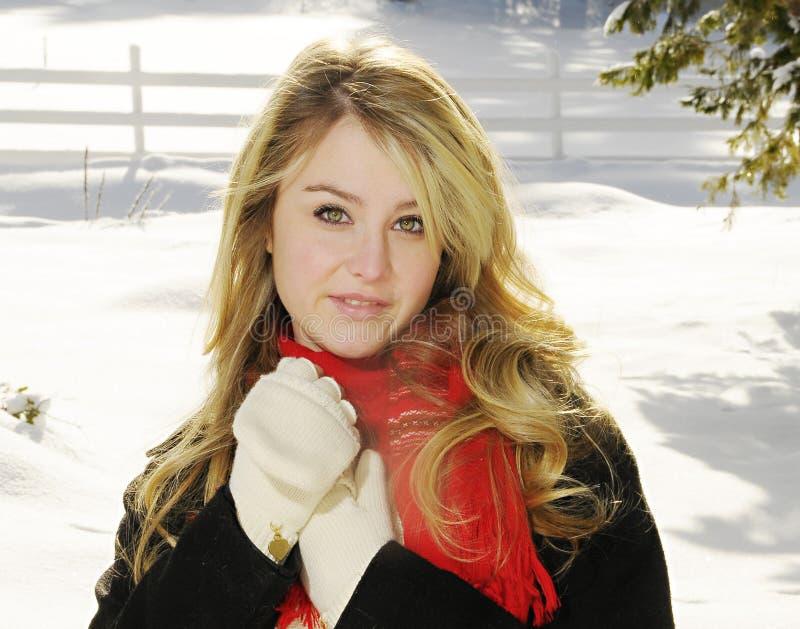 Femme dans le sourire de neige image stock