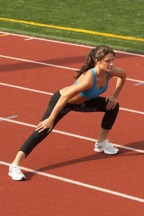 Femme dans le soutien-gorge de sports faisant le mouvement brusque de patte photos stock