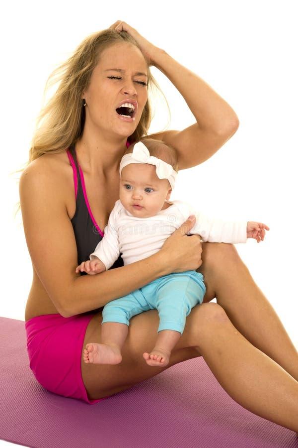 Femme dans le stressd de vêtement de forme physique avec le bébé photographie stock