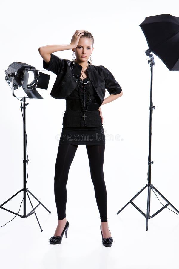 Femme dans le studio image stock