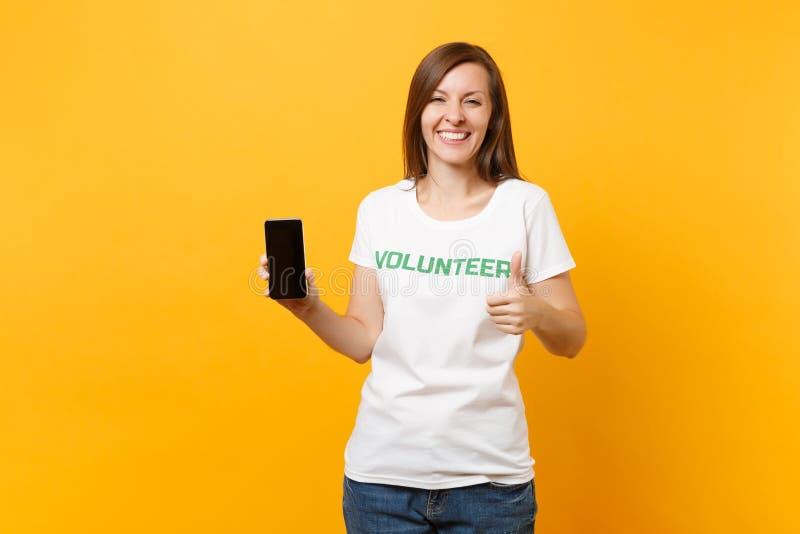 Femme dans le téléphone portable volontaire de prise de titre de vert d'inscription écrit par T-shirt blanc avec l'écran vide vid photo stock