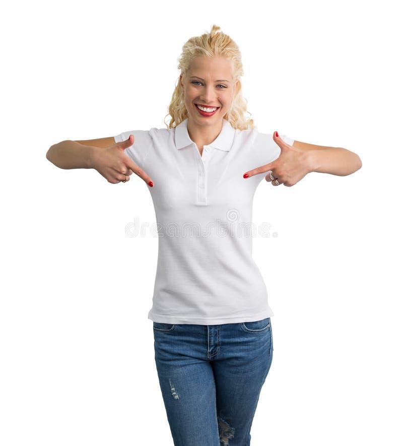 Femme dans le T-shirt blanc de polo se dirigeant à lui avec les deux mains photo stock