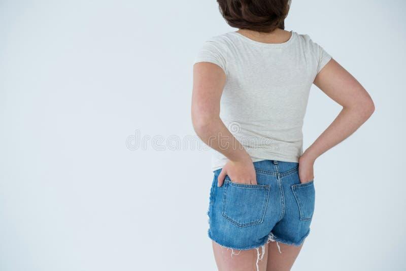 Femme dans le T-shirt blanc et le pantalon chaud image stock