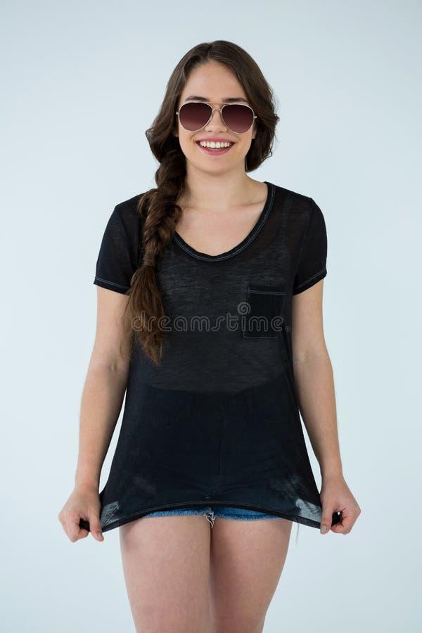 Femme dans le T-shirt noir et le pantalon chaud image stock