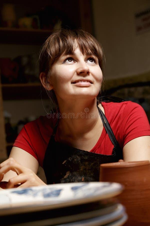 Femme dans le tablier et la chemise rouge image libre de droits