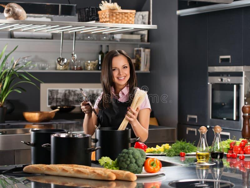 Femme Sexy Faisant Cuire Dans La Cuisine. Image stock ...
