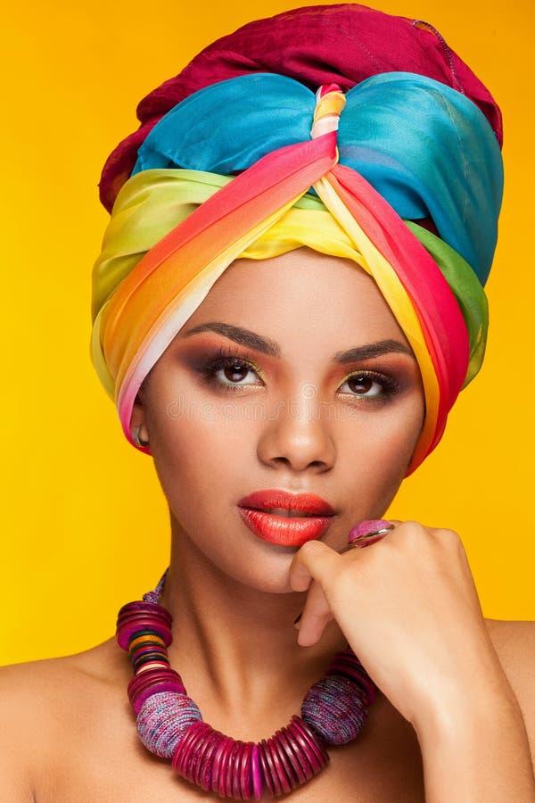 Femme dans le turban afro-américain ethnique photo stock