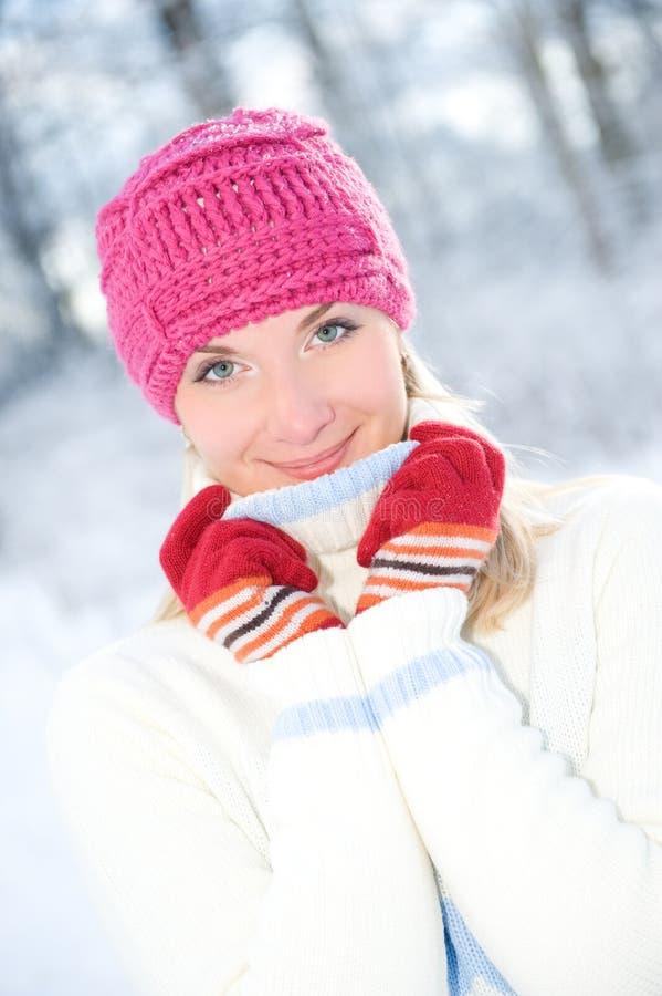 Femme dans le vêtement de l'hiver à l'extérieur photos stock