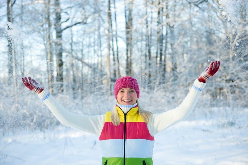 Femme dans le vêtement de l'hiver à l'extérieur image libre de droits