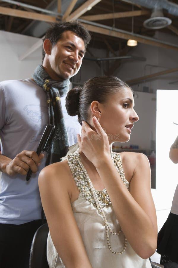 Femme dans le vestiaire avec le coiffeur masculin photographie stock libre de droits