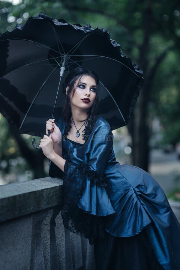 Femme dans le vieux bâtiment proche bleu photos libres de droits