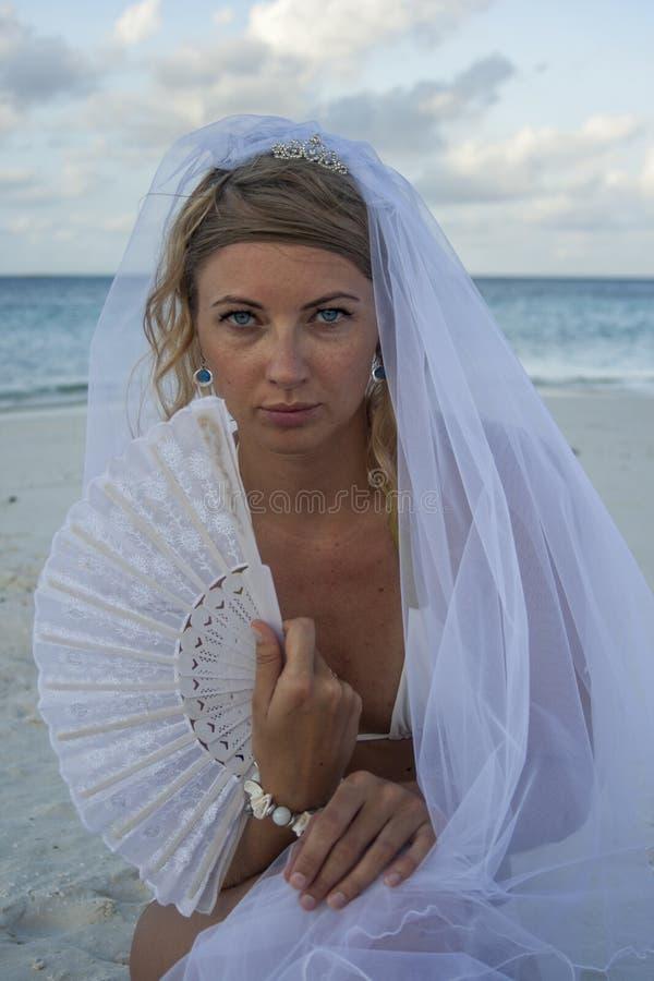 Femme dans le voile nuptiale avec la fan photos libres de droits
