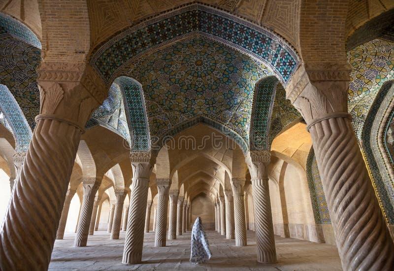 Femme dans le voile passant par Shabestan de mosquée de Vakil à Chiraz image libre de droits