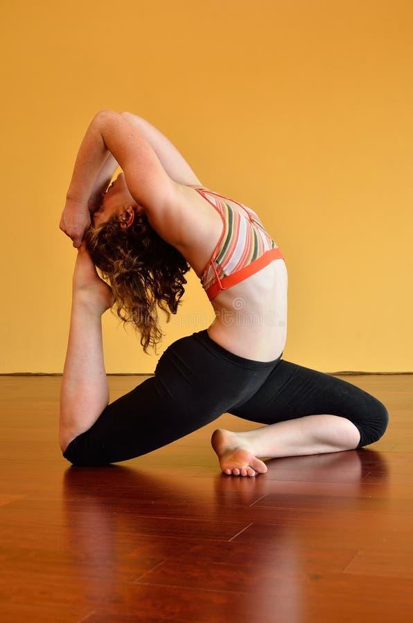Femme dans le yoga laborieux photographie stock