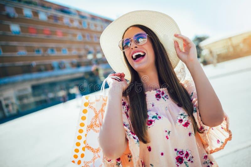 Femme dans les achats Femme heureuse avec des paniers appr?ciant dans les achats image libre de droits