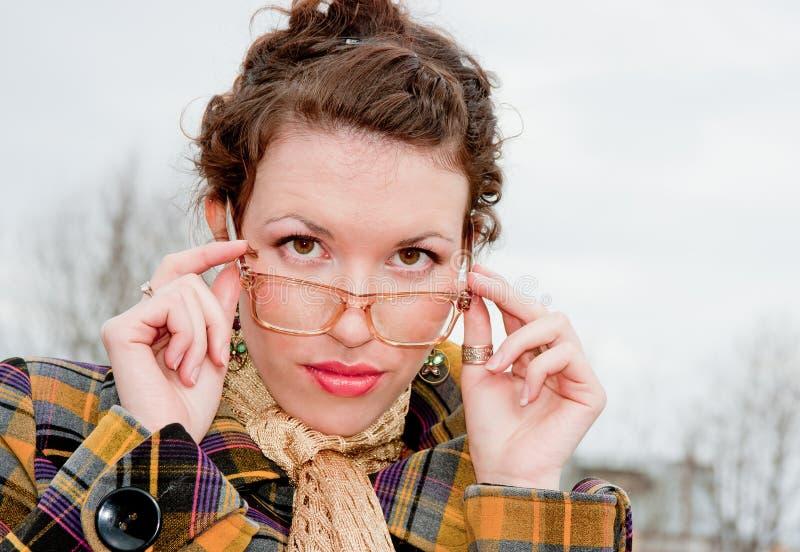 Femme dans les lunettes sur une promenade en stationnement image libre de droits