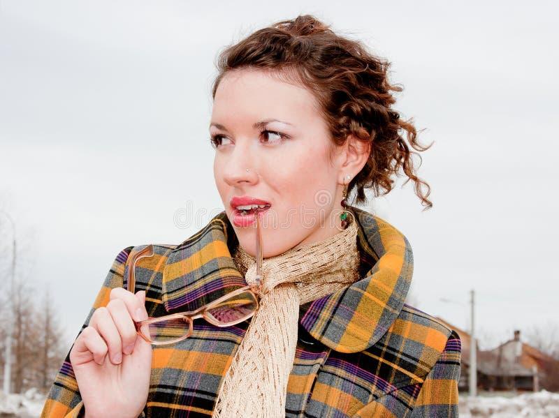 Femme dans les lunettes sur une promenade en stationnement photographie stock libre de droits
