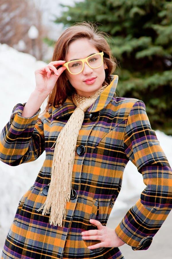 Femme dans les lunettes sur une promenade en stationnement photo stock