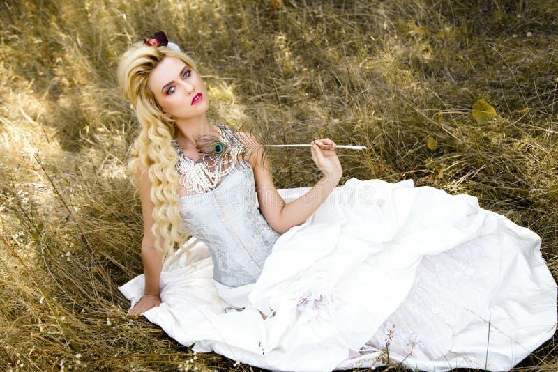 Download Femme Dans Les Sous-vêtements Antiques De Robe Photo stock - Image du ventilateur, figure: 77153488