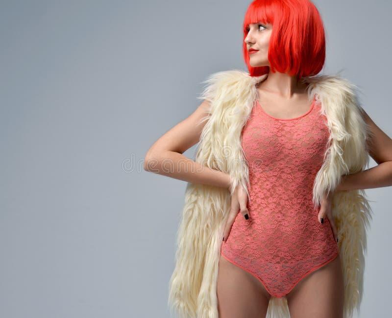 Femme dans les sous-vêtements et le faux manteau de fourrure blanc images stock