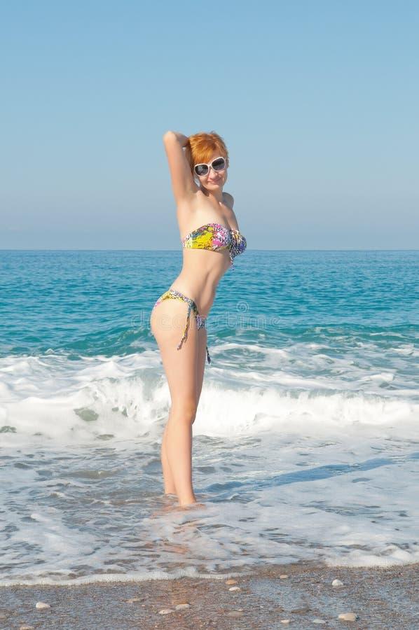 Femme dans les vêtements de bain image libre de droits