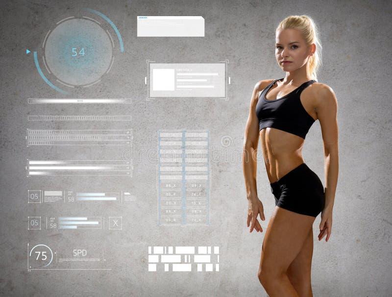 Femme dans les vêtements de sport posant et montrant des muscles photos stock