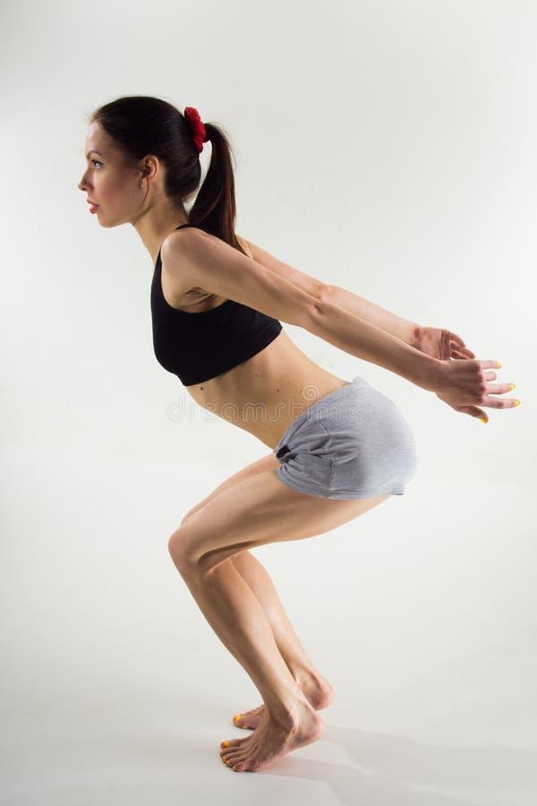 Femme dans les vêtements de sport sur un fond blanc yoga photos libres de droits