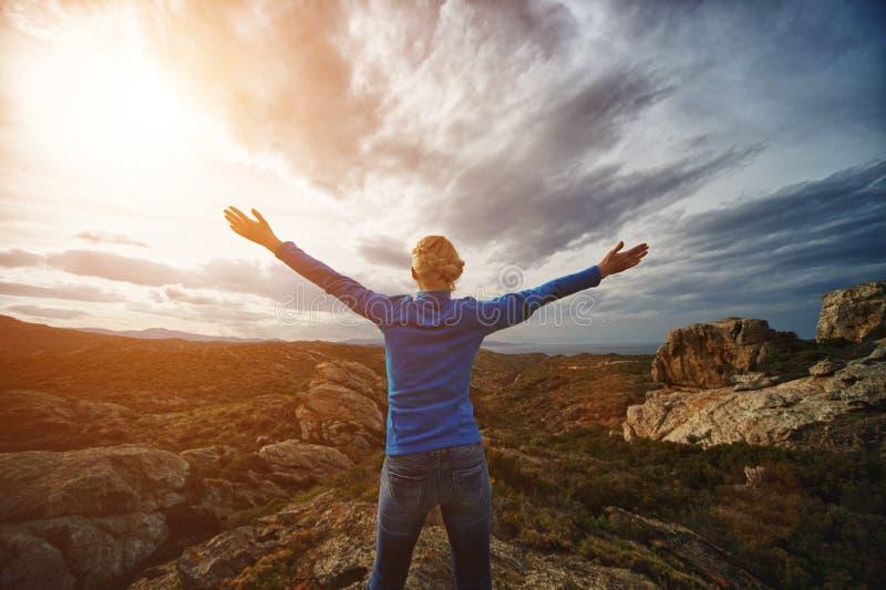 Femme dans montagnes photo libre de droits