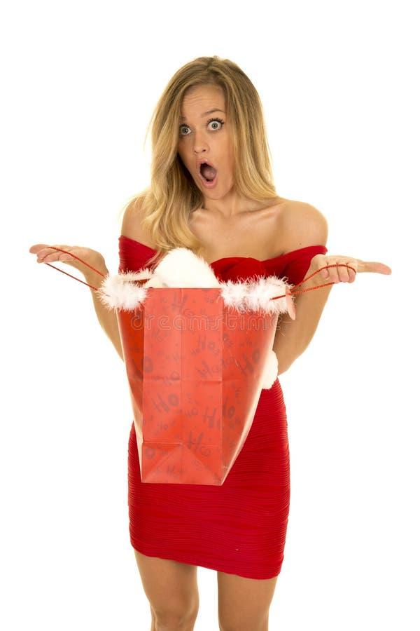Femme dans ouvert rouge de sac de Noël de prise de robe choquée photo libre de droits