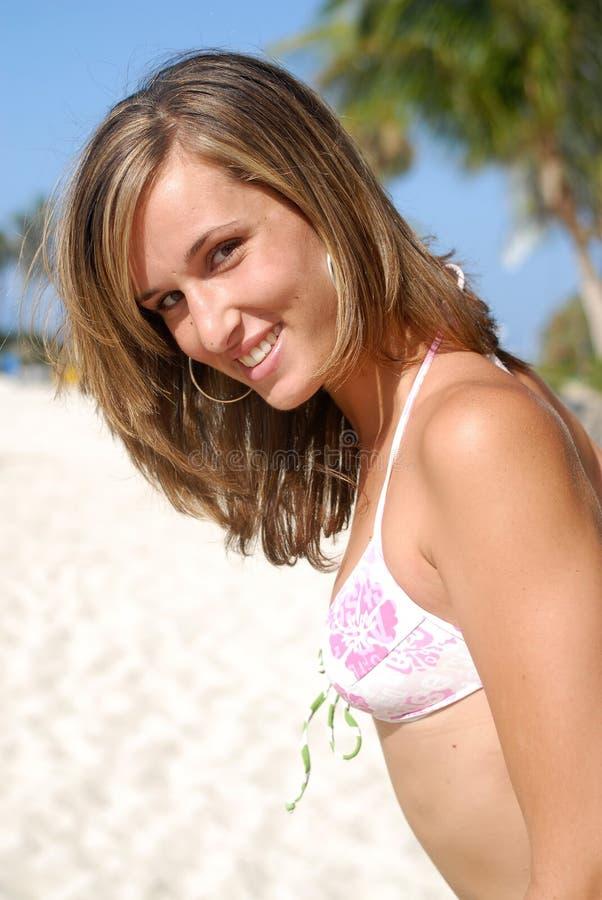 Femme dans rire de plage image libre de droits
