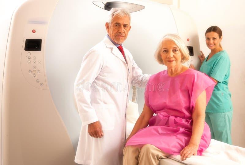 Femme dans 60s prêt à être vérifié sous le scanner de mri avec d supérieur image stock