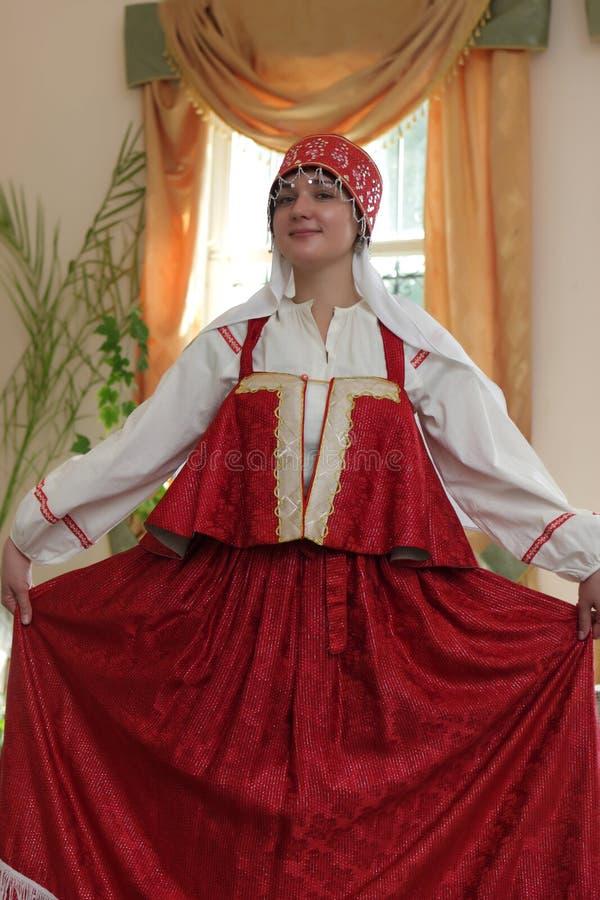 Femme dans sarafan rouge photographie stock