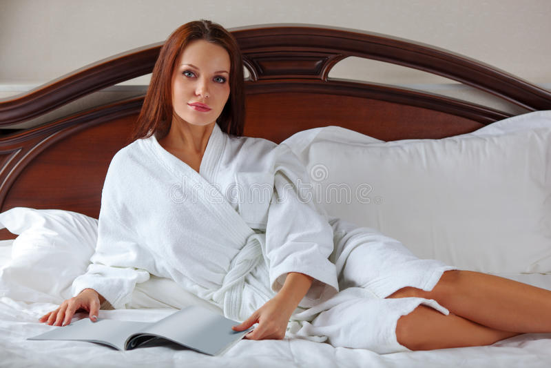 femme dans se réveiller de peignoir photos stock