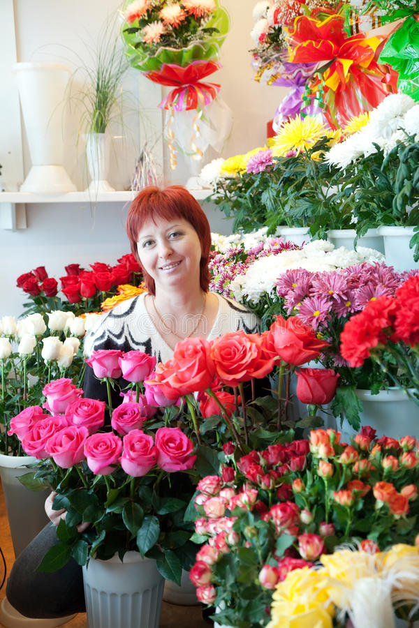 Femme dans son petit système de fleur image libre de droits