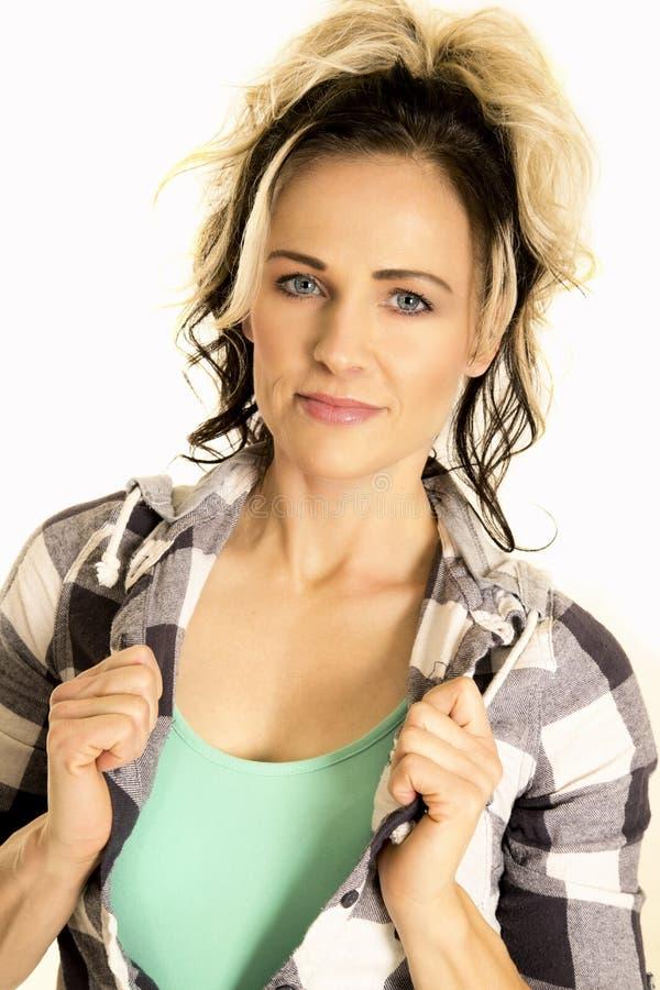 Femme dans sourire de chemise de prise de fin de chemise de plaid le léger photographie stock