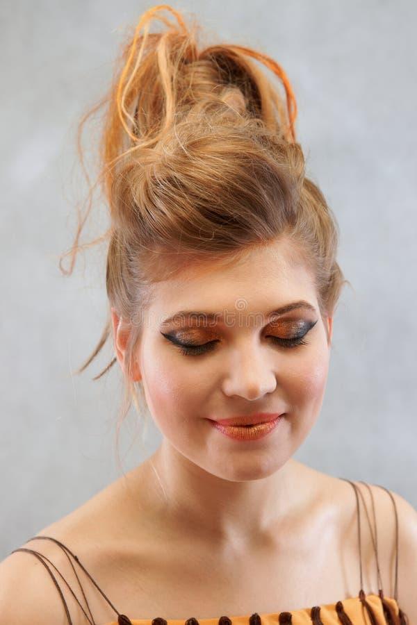 Femme dans un équipement orange brun, portrait, mode images libres de droits