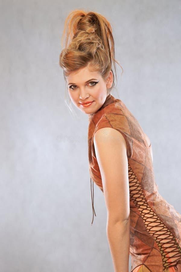 Femme dans un équipement orange, portrait, mode, studio photo stock
