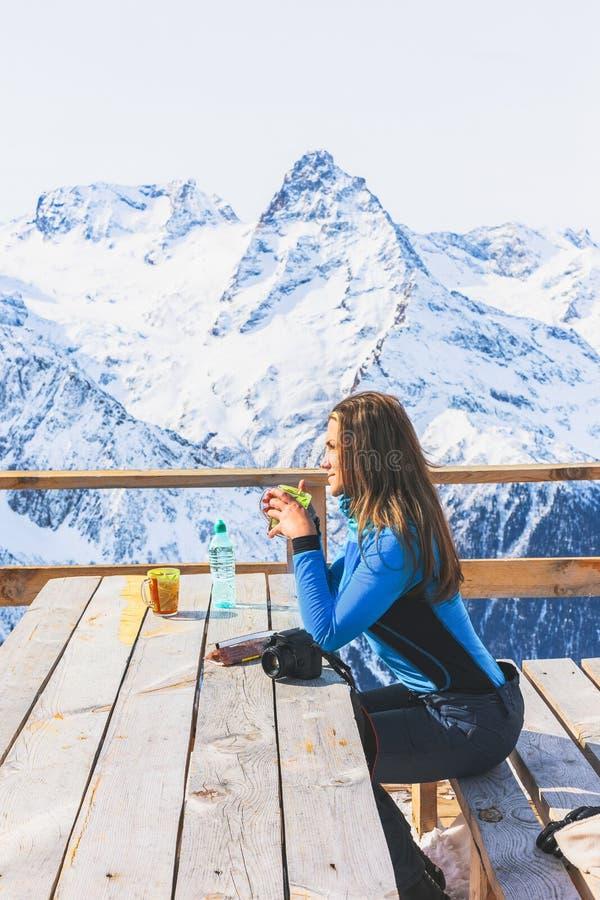 Femme dans un café à une station de sports d'hiver images libres de droits